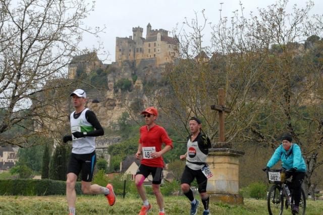 Les coureurs au pied du chateau de beynac 1783633 1200x800